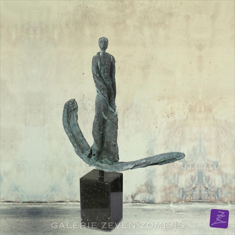 Kieta Nuij beelden in brons Het innerlijk beeld zichtbaar gemaakt, tastbaar. De weerspiegeling van de ziel. Verstilde beweging, gratie, schoonheid, maar ook spanning, worsteling, de ruwe kanten van de ervaring Expositie kunst galerie Zeven Zomers Nijmegen Eelko van Iersel balans