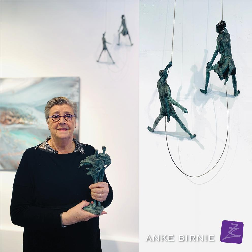 ANKE BIRNIE hangende sculpturen galerie Zeven Zomers brons uniek duo trouwerij huwelijk samen man vrouw klimmen dalen symboliek